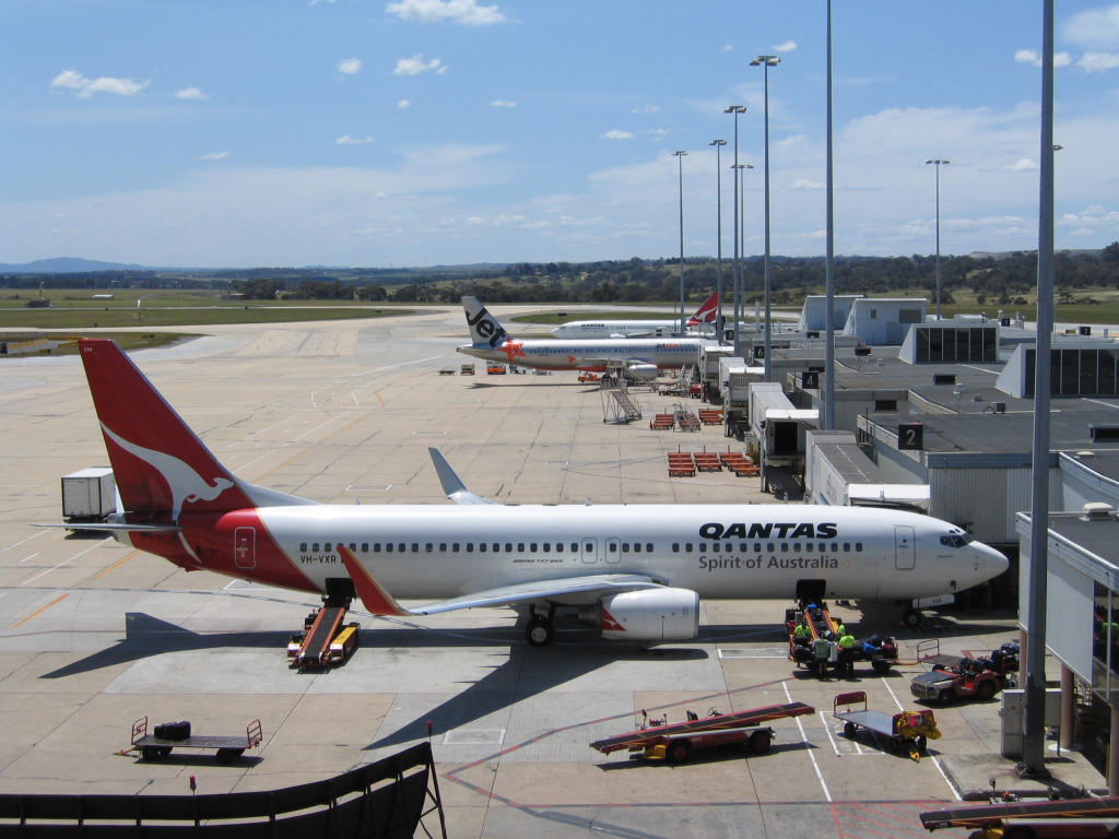 Melbourne_Airport_T1_with_Qantas_and_Jetstar_jets
