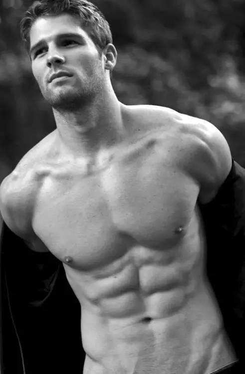 哭,连男人的胸都有假了!歪果仁真会玩  男性肌肉体恤也有了-澳洲唐人街