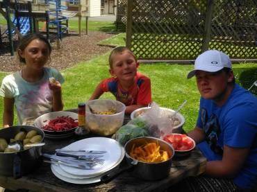 一整年都不花钱买菜,这个六口之家把生活过成一首田园诗-澳洲唐人街