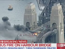 澳洲巴士突发發生大火,一个乘客好不容易跑出来,突然想起没刷卡,于是他又衝回去了⋯⋯