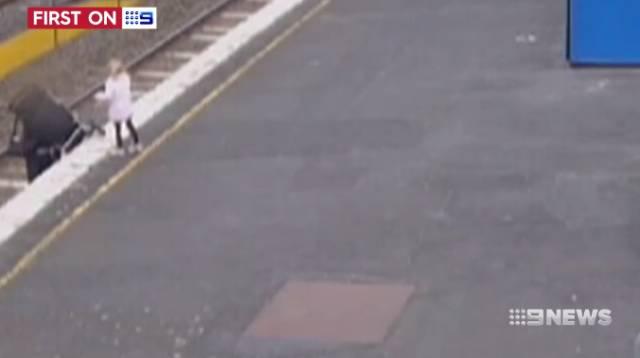 墨尔本火车站惊心时刻!父母一秒钟疏忽,婴儿车瞬间滚下站台-澳洲唐人街