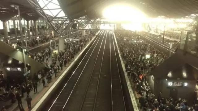 昨晚墨尔本火车全线瘫痪,Uber坐地起价10公里收费$105!乘客怒斥「你是开出租,还是光天化日抢劫啊?」-澳洲唐人街