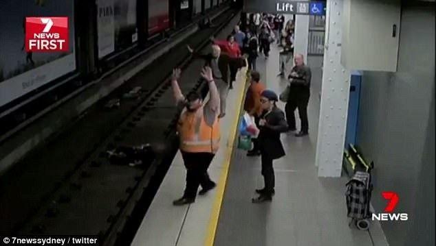 惊险:悉尼火车站一男子突然晕倒掉下铁轨,众乘客纷纷跳入轨道帮忙-澳洲唐人街