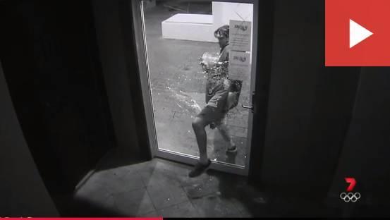 澳洲小城登「笨賊之都」!搶完錢撞昏在玻璃門上、連滾帶爬偷個空收銀機,各種蠢萌刷新下限-澳洲唐人街