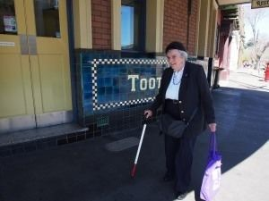 悉尼歌劇院旁有一棟「鬼樓」,裡面只住了一個90歲的盲人老太太,政府安排6個保安日夜保護她,開發商天天好言相勸-澳洲唐人街
