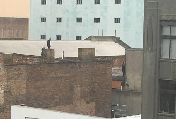 突发:一个20岁亚裔男正在墨尔本CBD被警察大围捕,屋顶追逐,直升机盘旋,还在逃窜-澳洲唐人街