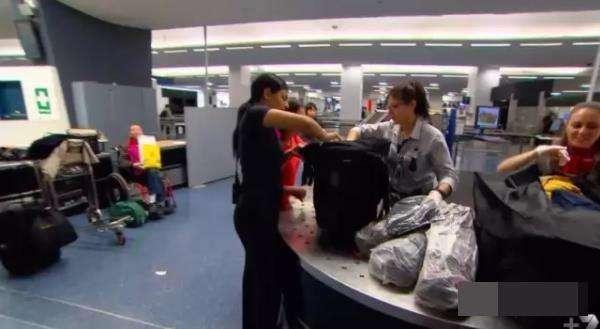 中国大妈来悉尼看儿子, 机场被强制打开行李箱后所有人都惊讶了-澳洲唐人街