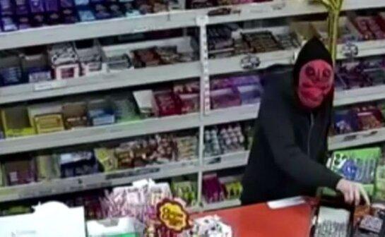 Мельбурн дахь хятад дэлгүүрийн эзэн дахин дээрэмдсэн бөгөөд түүнийг бууны өгзгөөр цохиж цус алджээ ...